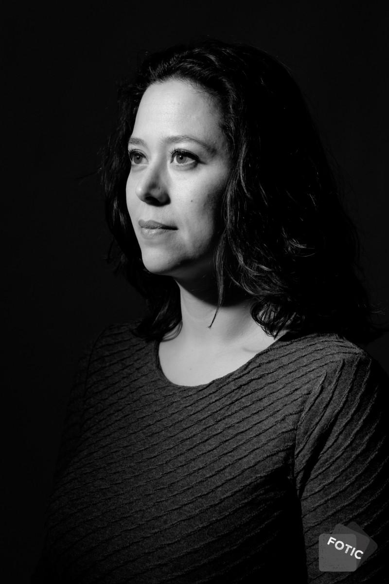 portretfoto Esther in zwartwit