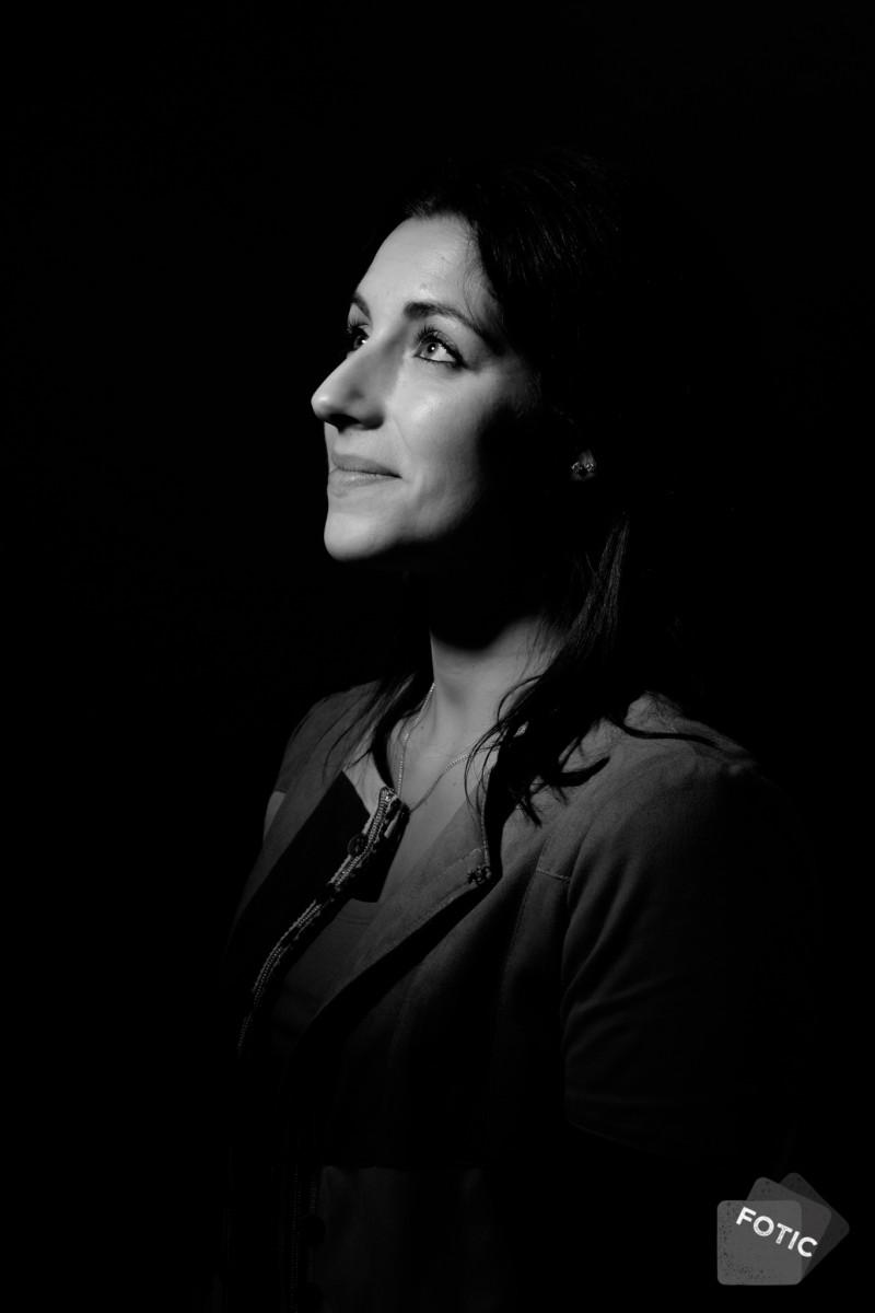 portretfoto Lisanne in zwartwit