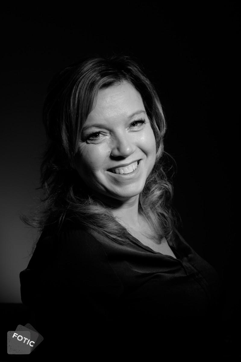 portretfoto Anneke in zwartwit
