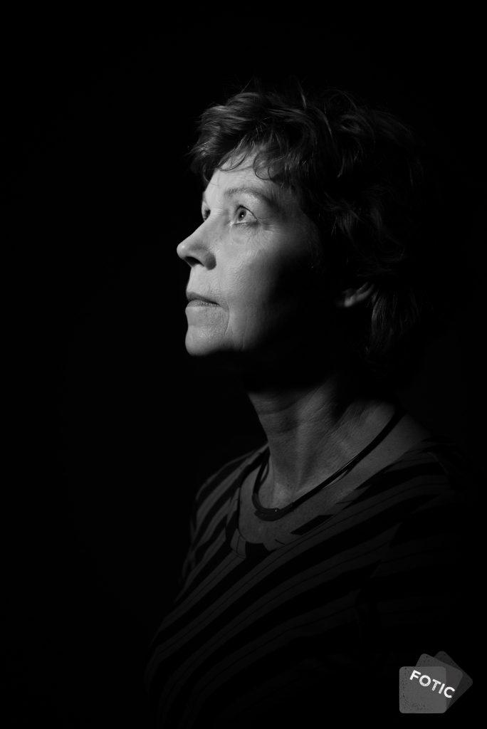 portretfoto Josée Veneklaas in zwartwit