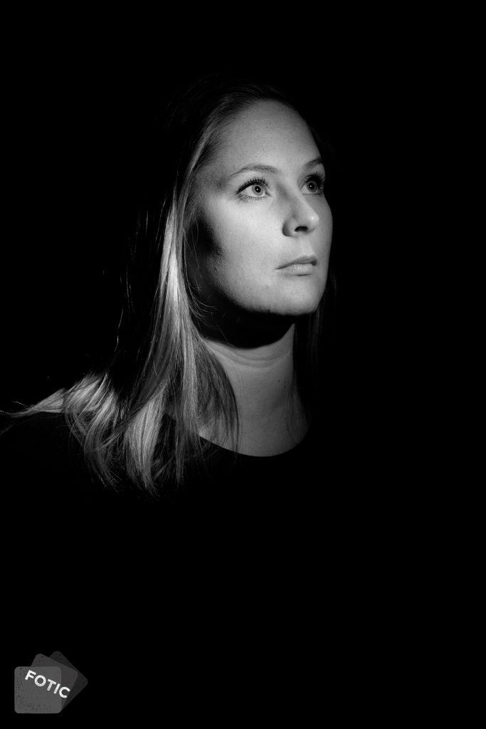 portretfoto Linda Hollenga in zwartwit