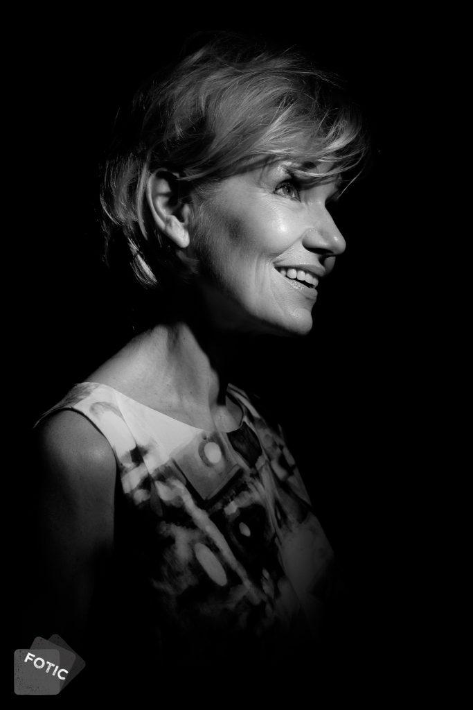 portretfoto Sylvia Dellepoort in zwartwit