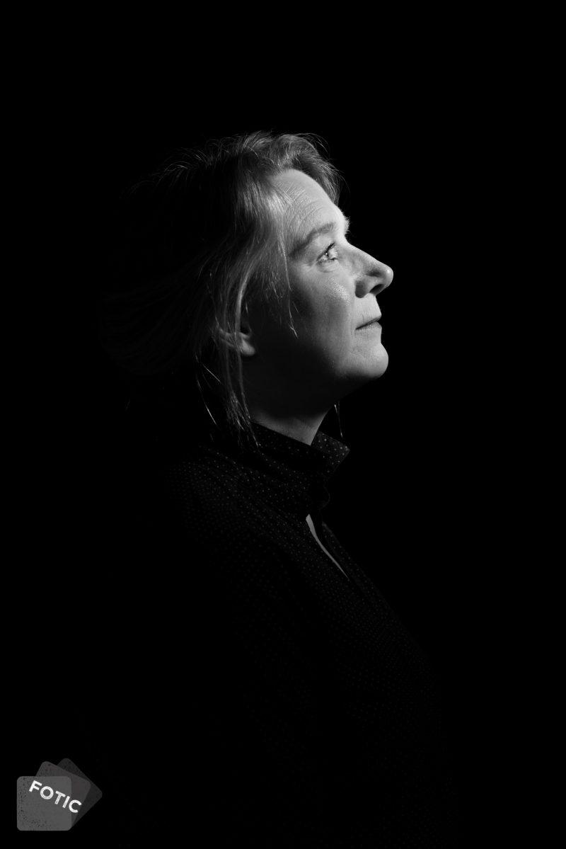 portretfoto Joyce Lochmans zwartwit