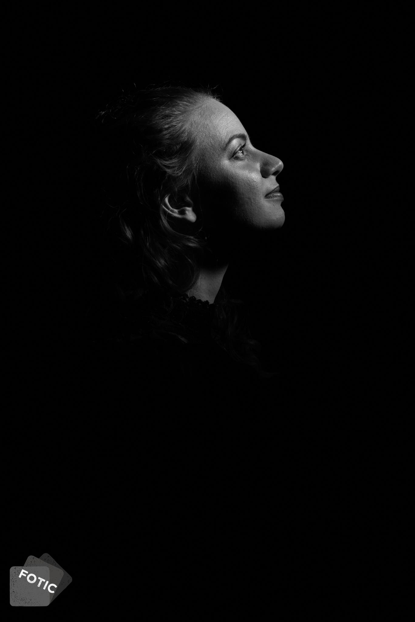 portretfoto Emily Boelens zwartwit
